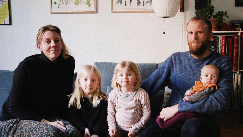 Familien Nielsen består af Lisbeth, der er journalist, Jens, der er snedker, og deres tre børn: Signe på fire år, Lydia på to år og lille Karen på fire måneder.