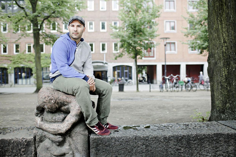 """Til artikelserien """"Kære Nørrebro"""".Lars Aslan Rasmussen er S-politiker, dansk-kurder og - vigtigst for artiklen - modstander af forherligelsen af indre Nørrebro som mangfoldighedens højborg. Han er selv vokset op i bydelen, men ser store problemer med dens udvikling. Han ser flere parallelsamfund end tegn på multikultur. Og så er han irriteret over det tabu, der ligger over, at vi ikke kan tale om den integration, der halter i ghetto Blågården og kulturen deromkring. Der skal kun bruges et enkelt til artiklen, men vi overvejer et billedhjul med alle kilderne fra serien, så endelig to-tre at vælge imellem."""