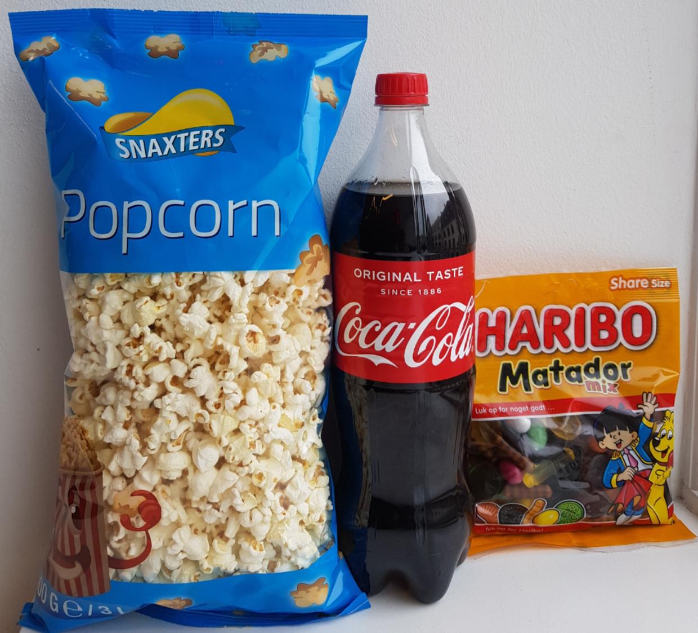 En biograf-menu fra Netto. Popcorn: 4,5 kroner for 3 liter. Coca Cola: 13 kroner for 1,25 liter (eks. pant). Matadormix: 23,95 kroner for 275 gram.