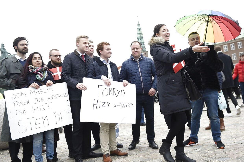 DF's modedemonstration med politiker Martin Henriksen imod Hizb ut Tahrir's Skandinavien demonstration på Christiansborg Slotsplads i København, fredag den 22. marts 2019. (Foto: Liselotte Sabroe/Scanpix 2019)