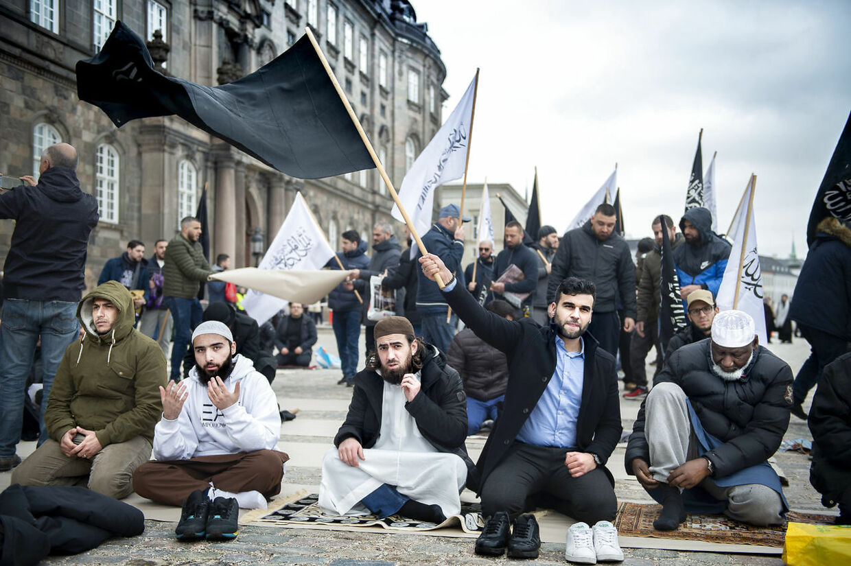 Hizb ut Tahrir Skandinavien holder fredagsbøn på Christiansborg Slotsplads i København og Rasmus Paludan - Stram Kurs brænder koran, fredag den 22. marts 2019.