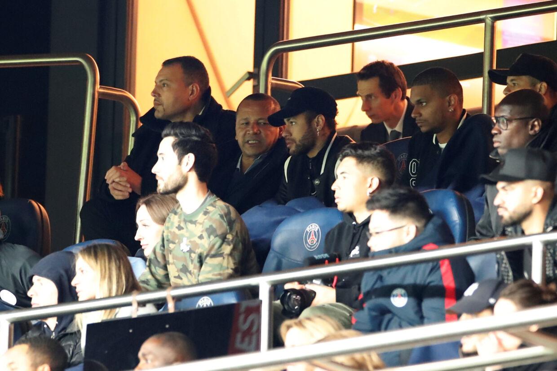 Neymar sad på grund af en skade på tilskuerpladserne under kampen mod Manchester United, der endte med PSG-exit. Christian Hartmann/Reuters