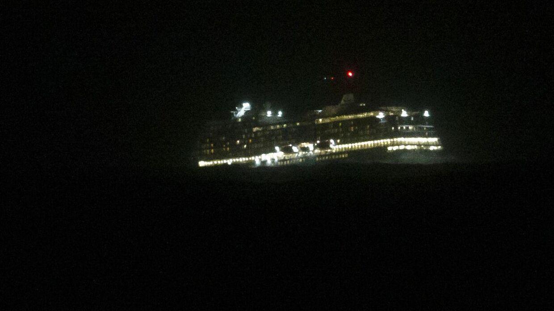 Evakuering i nattemørket. På billedet ses Viking Sky.