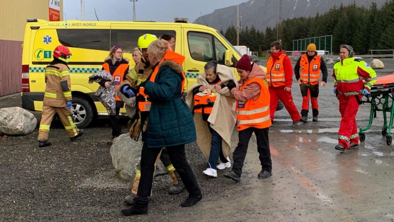 463 personer er søndag middag blevet evakueret fra krydstogtskibet Viking Sky.