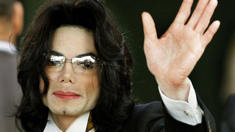 Her ses Michael Jackson i 2005, som var året, hvor retssagen om seksuelle overgreb kørte imod ham. (Photo by Timothy A. CLARY / AFP)