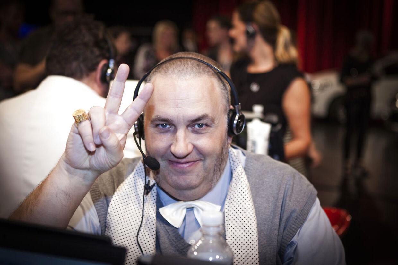 Master Fatman, sidder ved telefonen til 'Knæk Cancer'-show på TV2 i 2015.