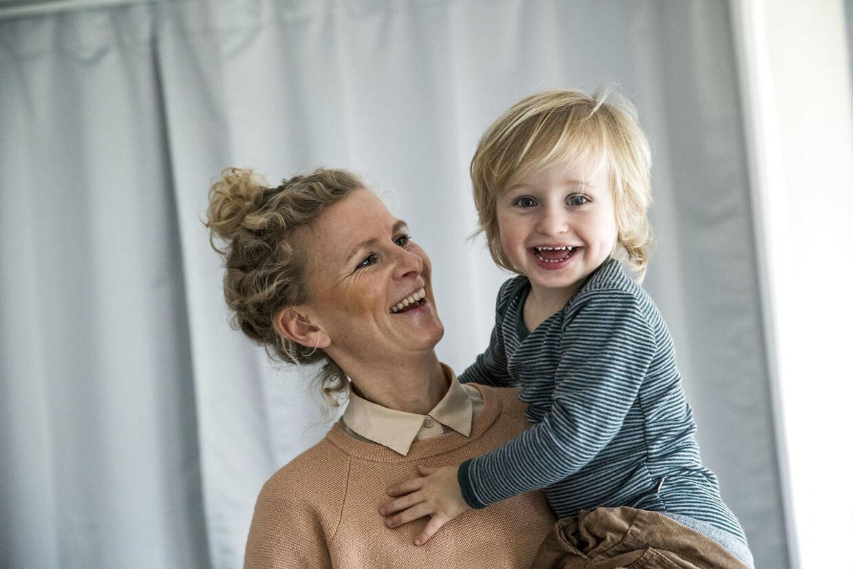 Signe Bak Klit med sønnen Carl på armen.