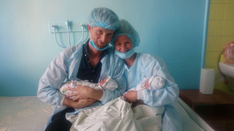 24 timer efter Carl og Albert blev født på en ukrainsk fødeklinik, mødte deres forældre dem for første gang.