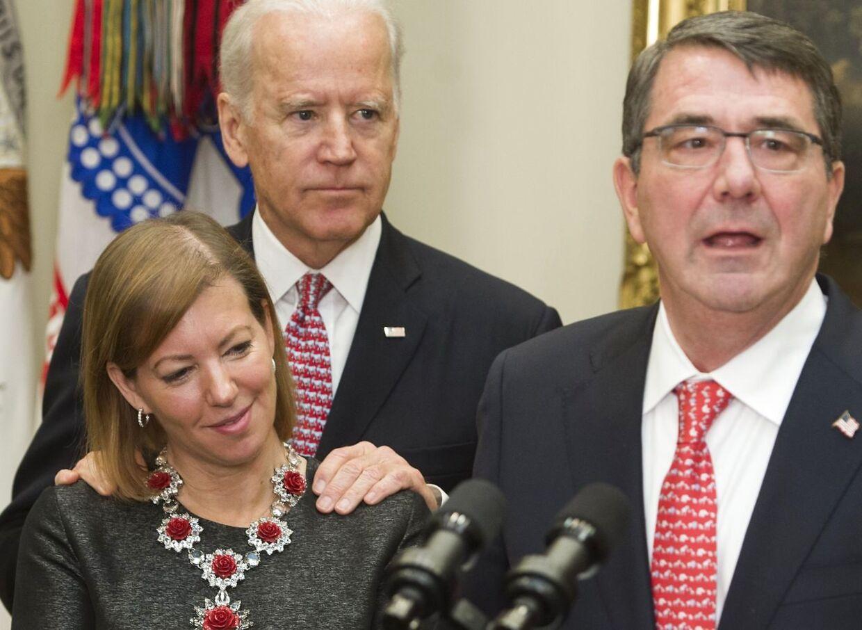 Joe Biden med hænderne på Stephanie Carters skuldre.