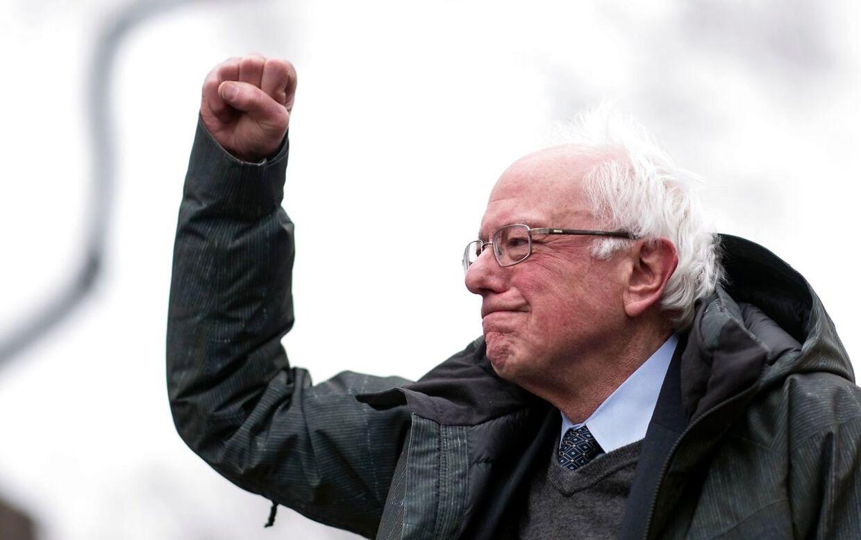 Bernie Sanders har også haft travlt med at sige undskyld.