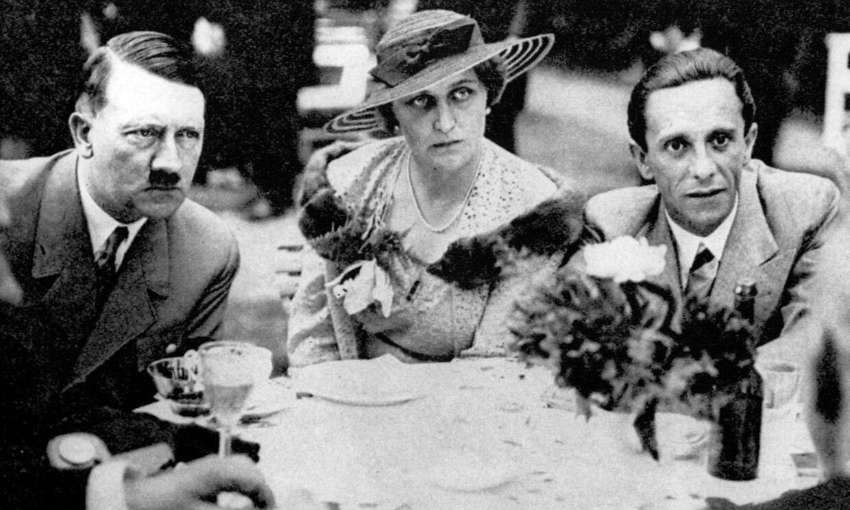 Joseph Goebbels og konen Magda Goebbels sammen med Adolf Hitler. Alle tre begik selvmord i slutningen af krigen.