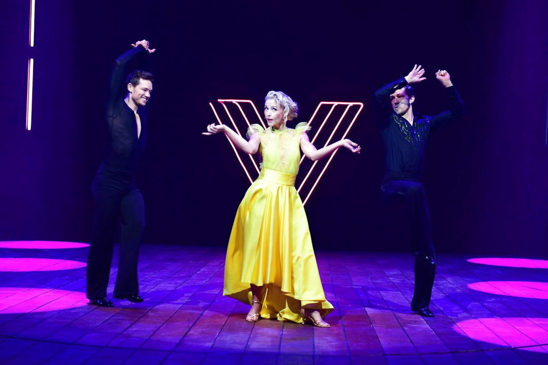 Mille Gori i rollen som Vild med Dans-vært flankeret af danserne Morten Kjeldgaard og Michael Olesen.