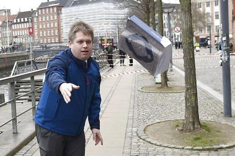 Rasmus Paludan kaster med koranen 22. marts 2019 i forbindelse med en demonstration ved Christiansborg.