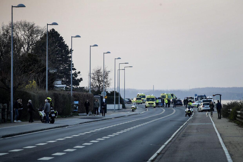 Politiet er massivt til stede i Rungsted efter et skyderi fredag aften.