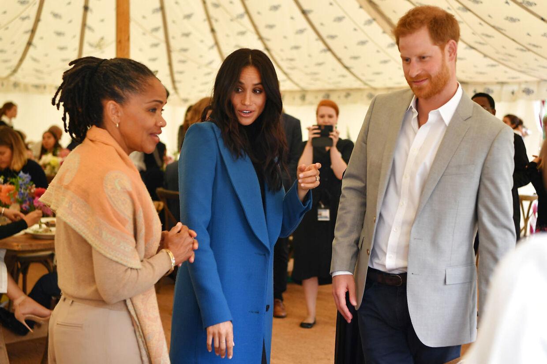 Prins Harrys svigermor har annonceret, at hun, inden datteren skal føde, vil flyve til London. Foto af Meghan Markle og Prins Harry sammen med Markles mor Doria Ragland ved en tidligere lejlighed.