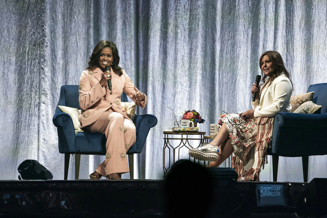 Michelle Obama og moderator på showet, Rachael Ray.