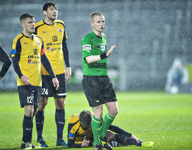 Dommer Jørgen Daugbjerg Burchardt i aktion i en superligakamp i sidste sæson mellem Hobro IK og FC Helsingør.