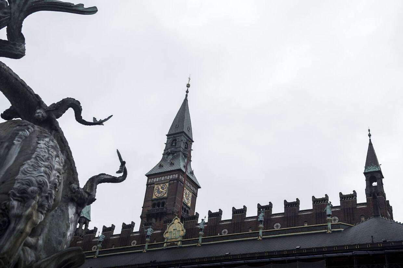 Københavns Kommune har hyret advokat Anders Valentiner-Branth og firmaet Nielsen Nørager for 7,8 millioner kroner på bare et enkelt år. Opgaverne kom ikke i de lovpligtige udbud.