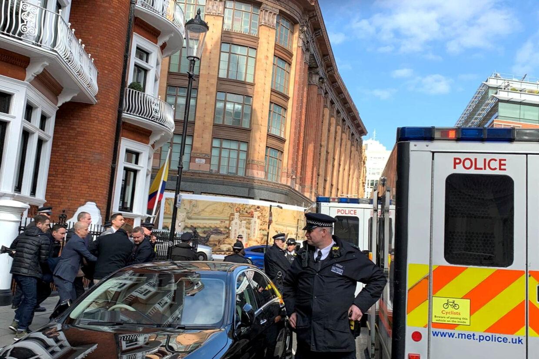Julian Assange blev torsdag ført væk af britisk politi efter syv år på Ecuadors ambassade i London. Social Media/Ritzau Scanpix