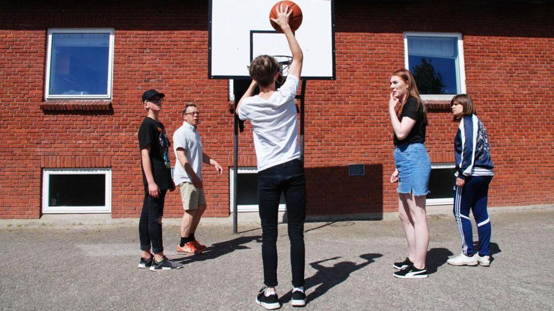 Elever spiller basket på Bieringhus Efterskole