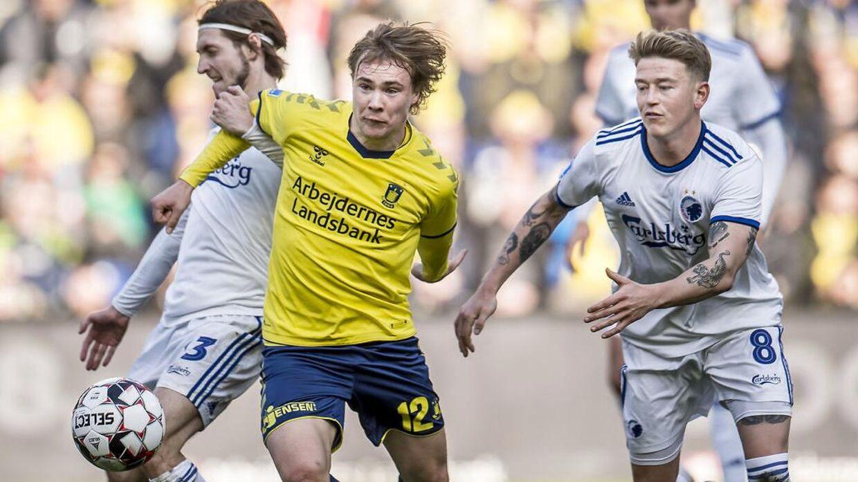 Brøndbys Simon Tibbling i duel med Rasmus Falk (tv.) og Nicolaj Thomsen (th.) fra FCK.