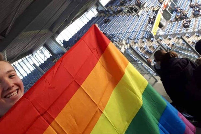 16-årige Tobias Lawaetz havde taget et pride-flag med på Brøndby Stadion. Men efter en ubehagelig oplevelse blev det hurtigt pakket væk igen.