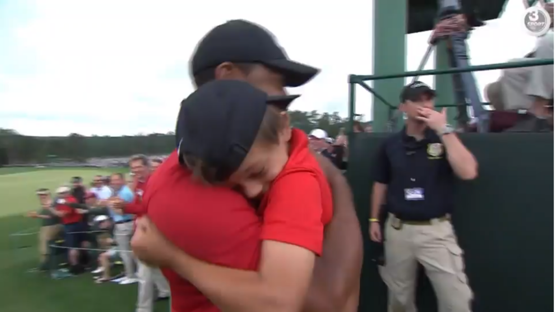 Tiger Woods og sønnen Charlie delte et rørende øjeblik efter søndagens sejr.
