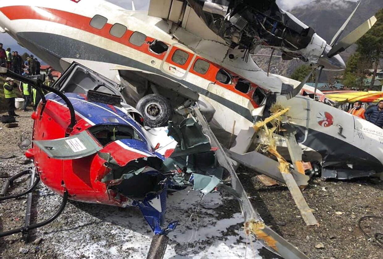 Både helikopteren og flyet blev totaltskadet ved sammenstødet.