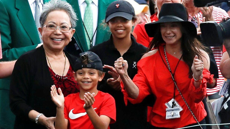 Tiger Woods' familie var med på sidelinjen under turneringen. Mor Kultida (tv.), sønnen Charlie Axel, datteren Sam Alexis og kæresten Erica Herman (th.) heppede på ham hele vejen.