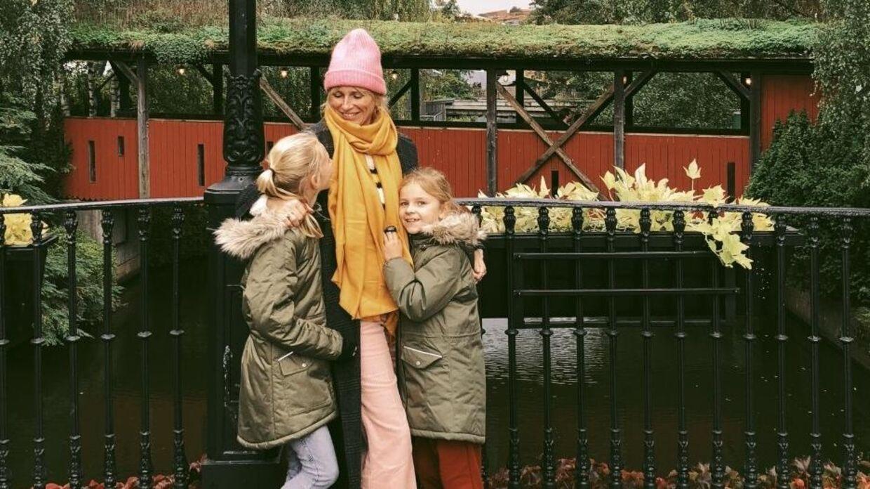 Pigerne synes det er ret sejt at være med på mors blog, fortæller Louise Johansen.
