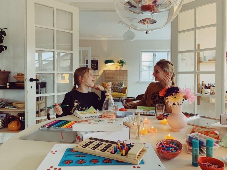 Louise Johansen fanger små, inspirerende hverdagsøjeblikke af pigerne i muremestervillaen.