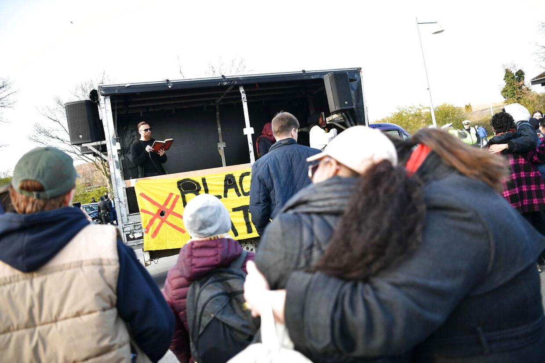 Rasmus Paludan fra Stram Kurs demonstrerer i Albertslund, mandag den 15. april 2019. Demonstrationen sker på baggrund af, at han blev idømt en betinget fængselsstraf for at have udtalt sig forhånende eller nedværdigende om sorte i Sydafrika på YouTube. Demonstrationen foregår foran hus som tilhører forkvinden for Black Lives Matter.. (Foto: Anthon Unger/Ritzau Scanpix)