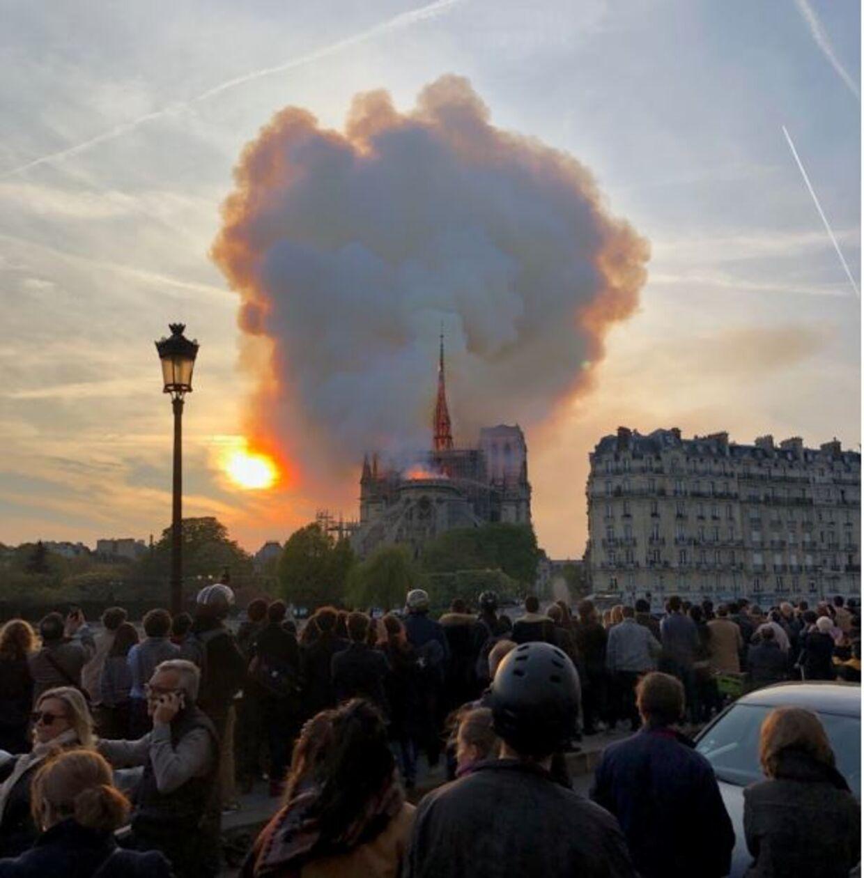 Da tårnet på billedet kollapsede, brød folk ud i gråd.