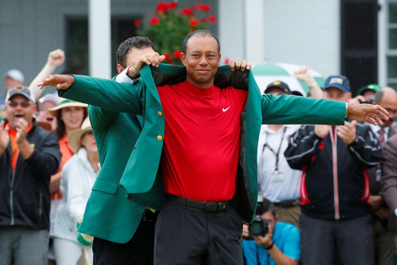 Søndag var det femte gang, Tiger Woods vandt US Masters og kunne iklæde sig den grønne jakke, som sejrherren får. Brian Snyder/Reuters
