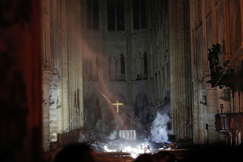 Sådan så der ud inde i Notre Dame natten til tirsdag.