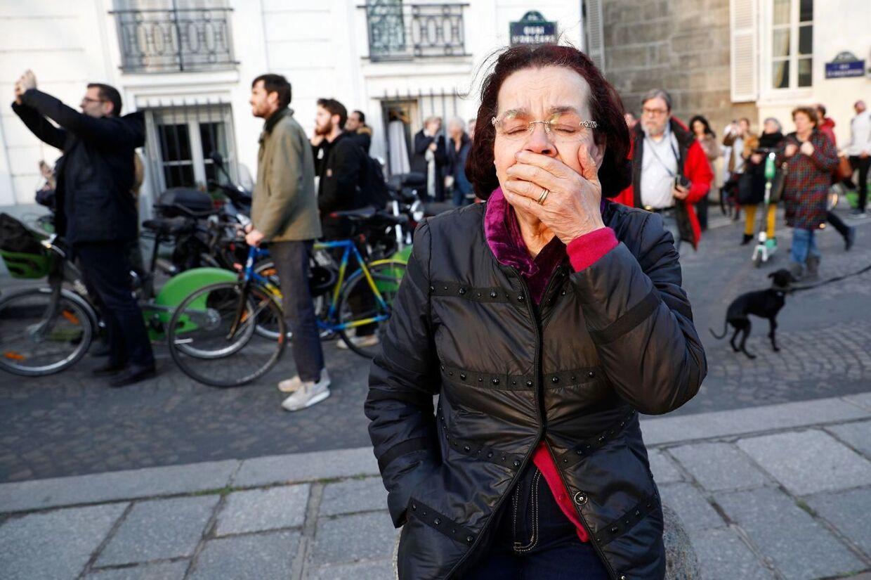 En kvinde ser Notre Dame og kan ikke holde følelserne tilbage.