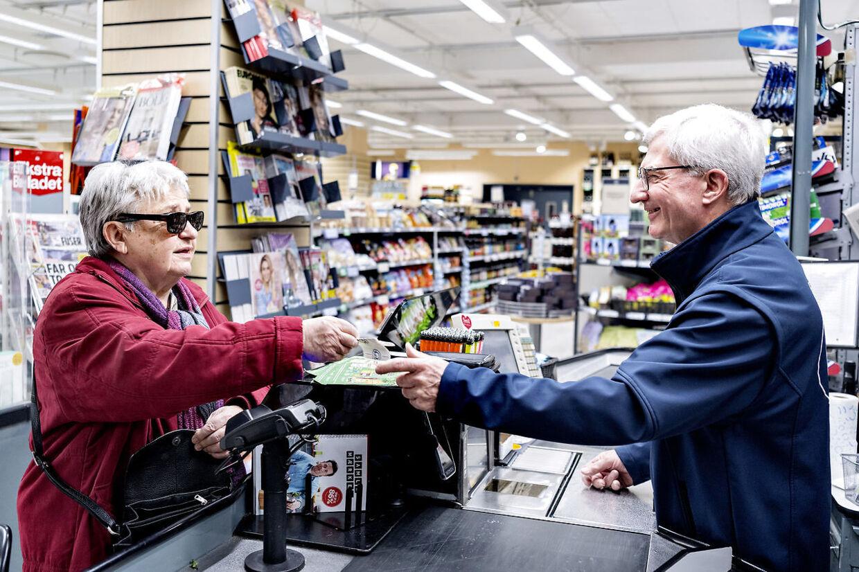 Kvinden kommer primært i butikken for at købe ost, byens bedste lam og for at få en god snak med kassedame Flemming.