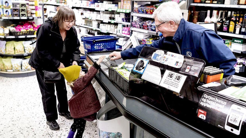 Flemming rækker den lille pige en af butikkens økologiske frugtstænger, som ifølge ham er yderst populære i især ulvetimen i butikken.