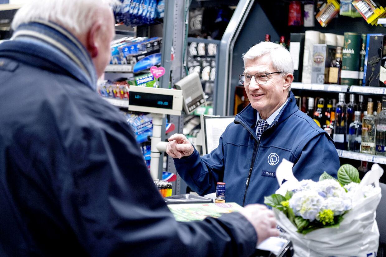 Flemming er nomineret til 'Årets sødeste kassedame', og det har fået stor opmærksomhed hos de lokale kunder.