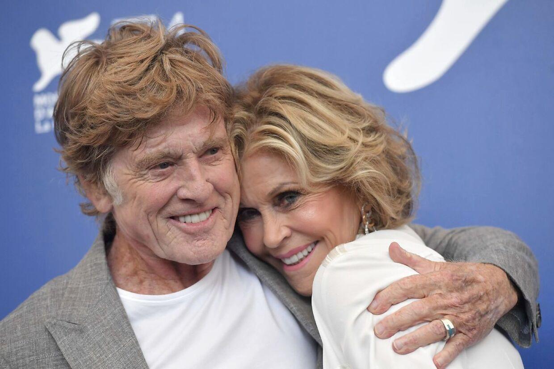 Jane Fonda hygger sig med Robert Redford under Venice Film Festival i 2017 - her er hun 80 år gammel.