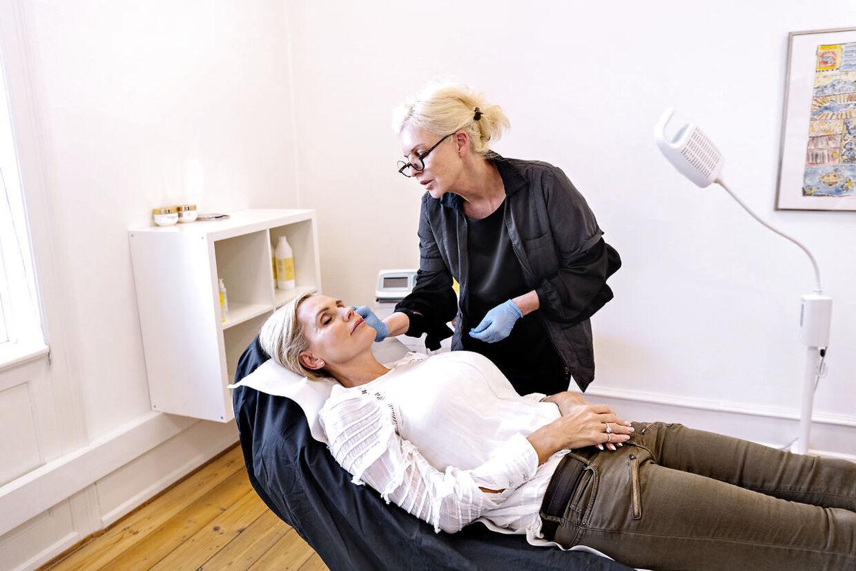 Janni Ree får Botox-indspøjtninger på klinikken City Care for at mindske sine smilerynker.