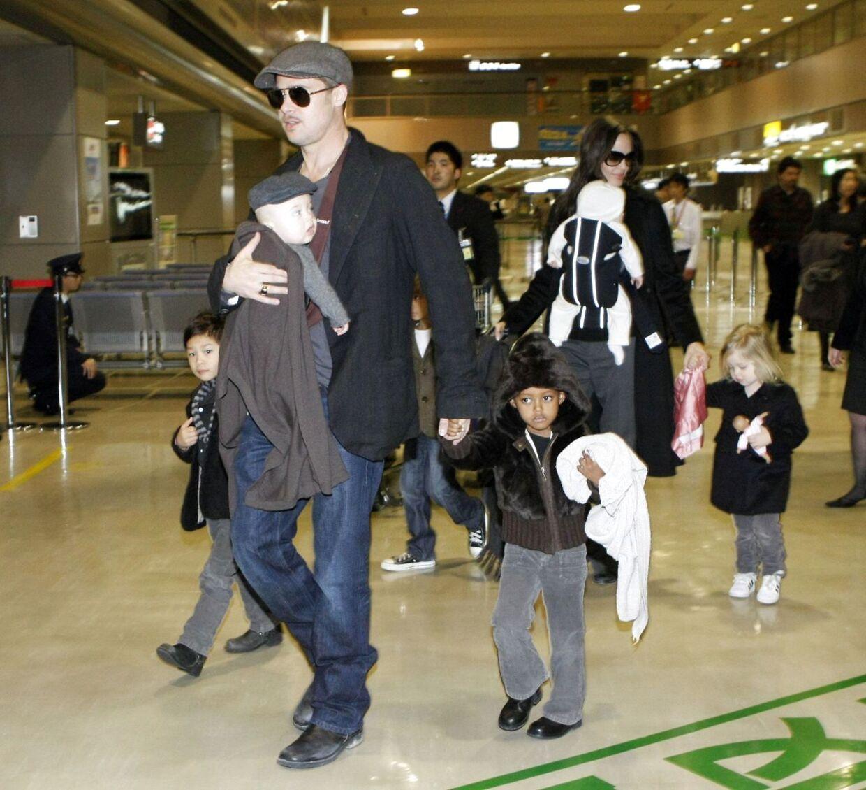 Brad Pitt og Angelina ankommer til en japansk lufthavn i 2009 sammen med deres børn. Parret har sammen seks både biologiske og adopterede børn.