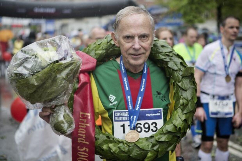 Erhard Filtenborg hyldes med blomster og laurbærkrans efter sit maraton nr. 500 i 2014 i København.