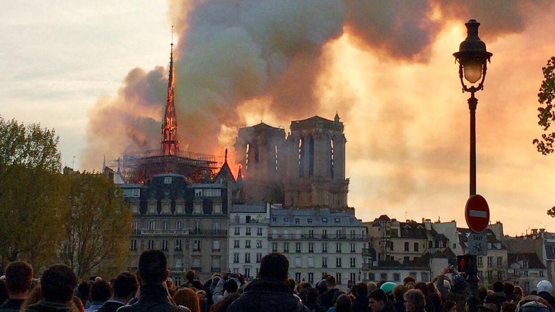 Branden ødelagde store dele af Notre Dame-katedralen.