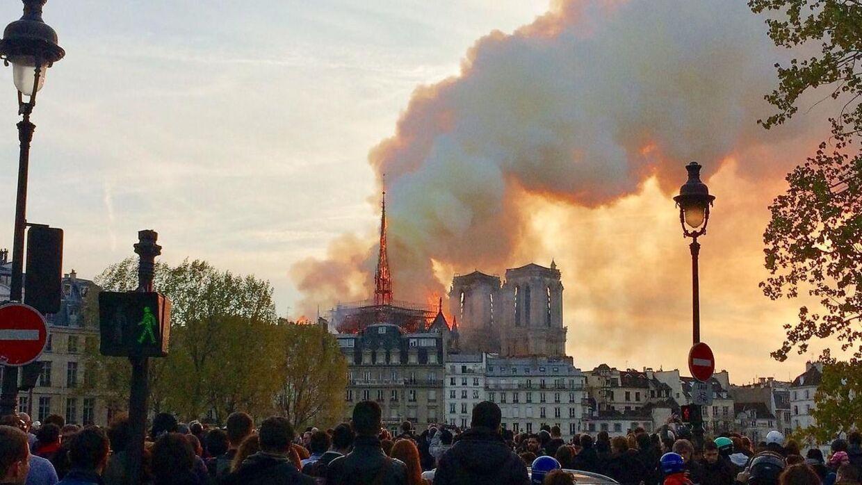 Notre Dame i flammer.