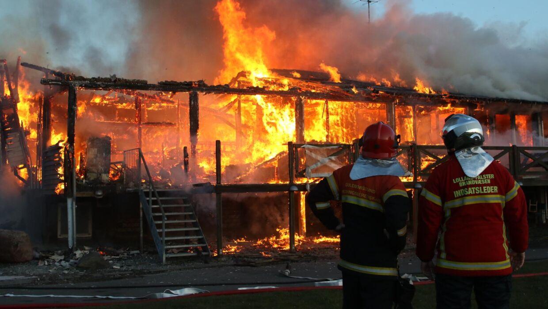 Melding om det brændende klubhus i Nykøbing Falster kom tidligt lørdag morgen.
