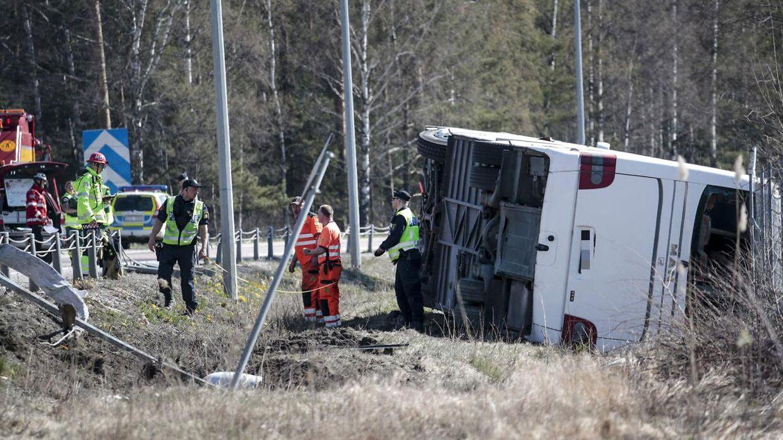 Her ses den væltede bus.
