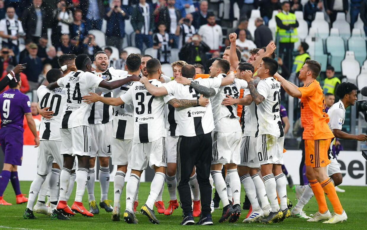 """epa07518311 Juventus' players celebrate after winning the Italian Serie A Championship (""""Scudetto"""") at the end of the Italian Serie A soccer match Juventus FC vs ACF Fiorentina at the Allianz Stadium in Turin, Italy, 20 April 2019. EPA/ALESSANDRO DI MARCO"""