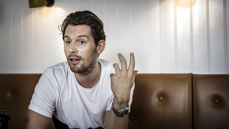Rasmus Seebach er medejer af selskabet 'S & S Ejendomsinvest ApS' på Frederiksberg, hvor Arbejdstilsynet har givet strakspåbud, fordi syv litauiske håndværkere er blevet taget i at arbejde ulovligt på popsangerens byggeplads. Det skriver TV 2.