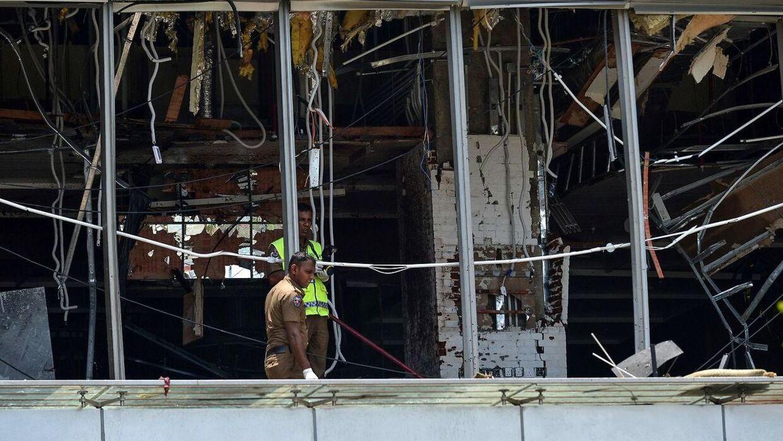 Srilankansk politi vurderer skaderne på luksushotellet Shangri-La Hotel i Colombo, hvor rigmanden Anders Holch Povlsens tre børn mistede livet under terrorangrebene søndag.